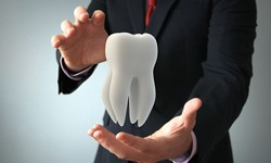 Man holding a tooth